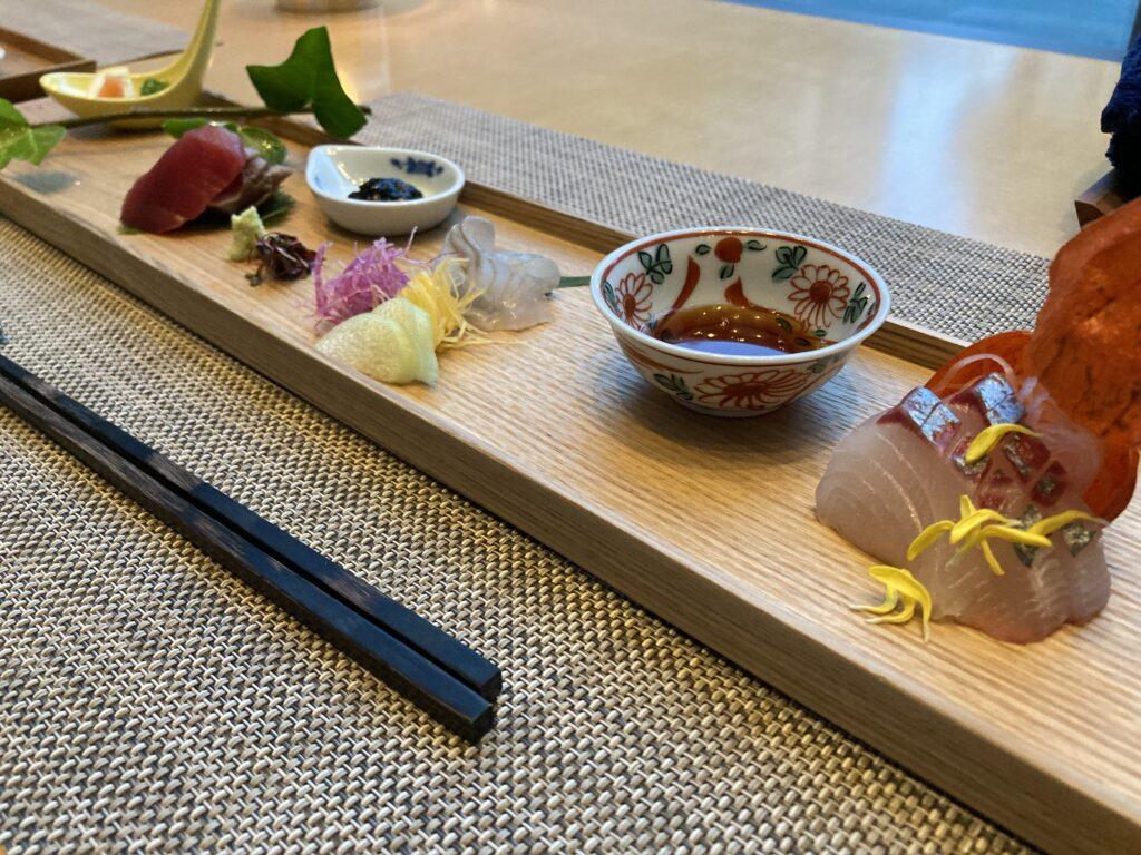 瀬戸内リトリート青凪の夕食(お造り:奥から鮪、平目、鯵)