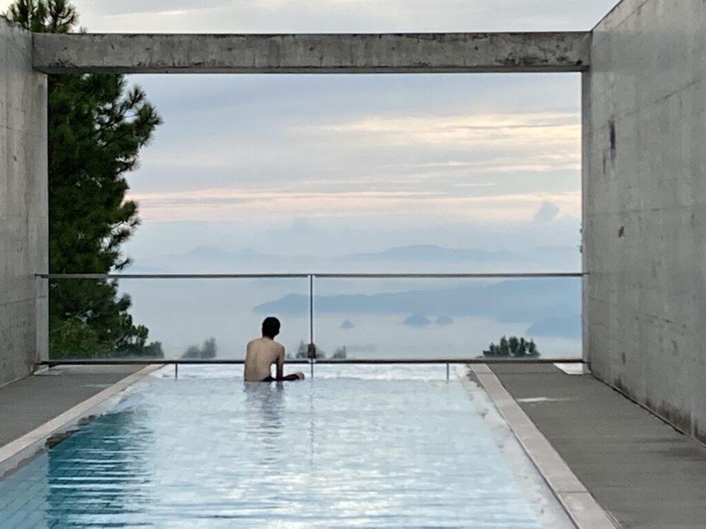 瀬戸内リトリート青凪のプールから見た「しまなみ」の絶景