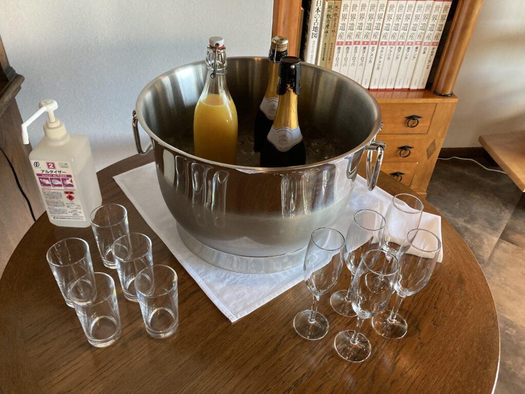 壱岐リトリート海里村上のライブラリー&バーのスパークリングワインとジュースサービス