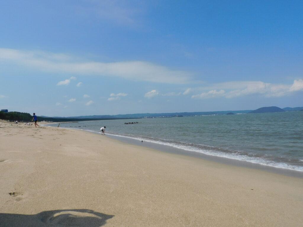 「魚半」の近くにある浜崎海岸