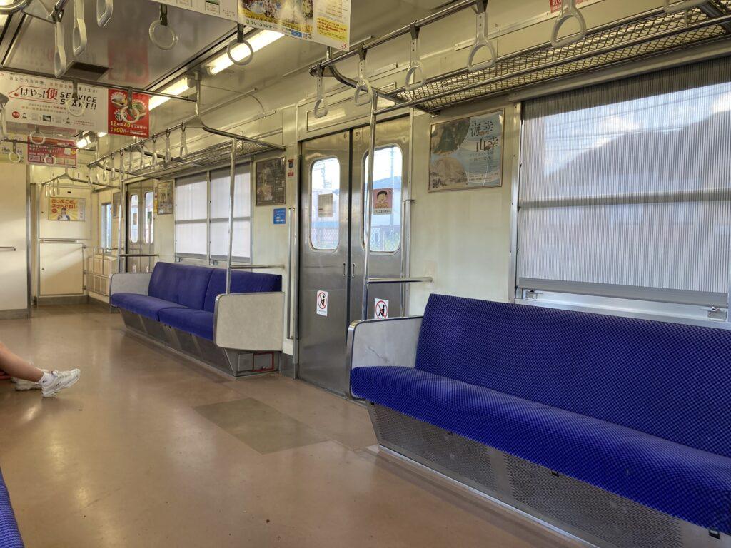 ワンマン電車で車内はガラガラ