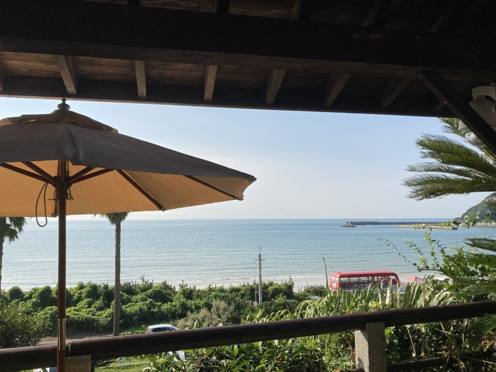 Currentのテラス席から見た海岸